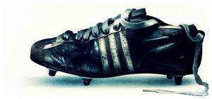 9be1d9af30e4 В 1949 году Адольф создает первые бутсы со съемными резиновыми шипами, в  1950-м - бутсы, приспособленные для игры в футбол в неблагоприятных  погодных ...