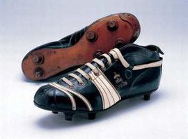 164c45711d67 В одном из первых после Второй Мировой войны футбольных матчей несколько  игроков национальной команды Германии отдали предпочтение именно бутсам  Рудольфа ...